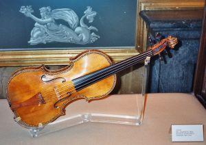 800px-Stradivarius_violin,_Palacio_Real,_Madrid