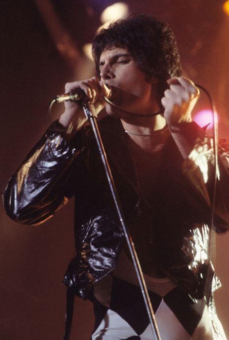 Freddie_Mercury_performing_in_New_Haven,_CT,_November_1978